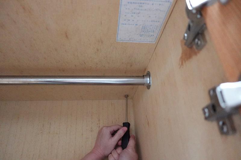 本体と天板が内側からビスでで止められている