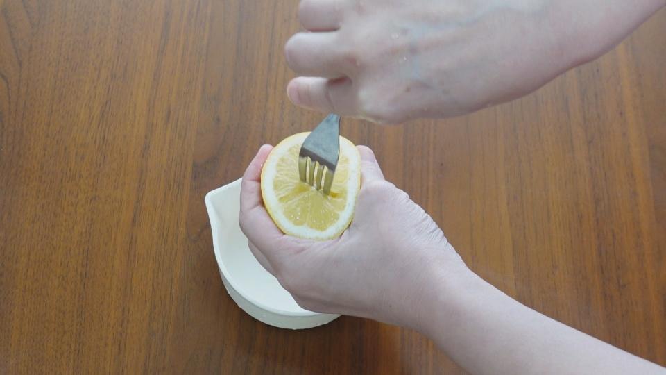 フォークでレモン絞り