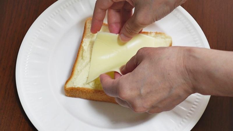 とろけるチーズを一枚のせる